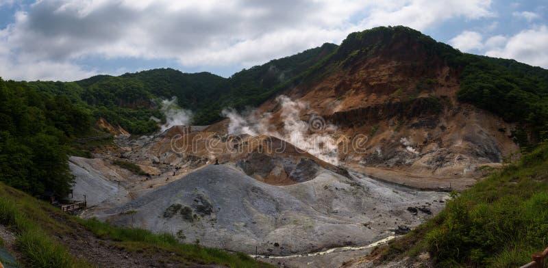 Fume los respiraderos que se escapan de los earth's emergen en el valle Jigokudani del infierno fotos de archivo libres de regalías