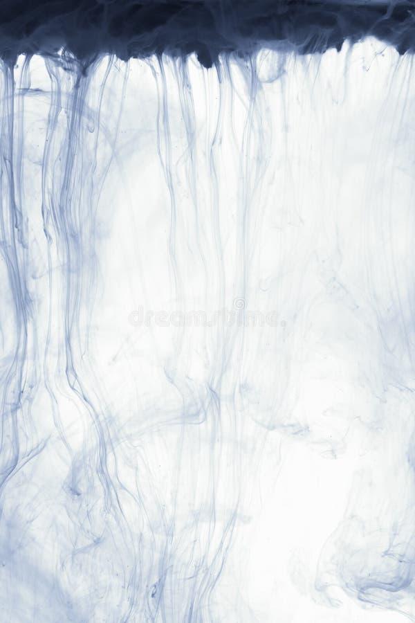 Fume a nuvem abstrata do fundo da pintura no branco Gota da tinta da cor na água imagem de stock