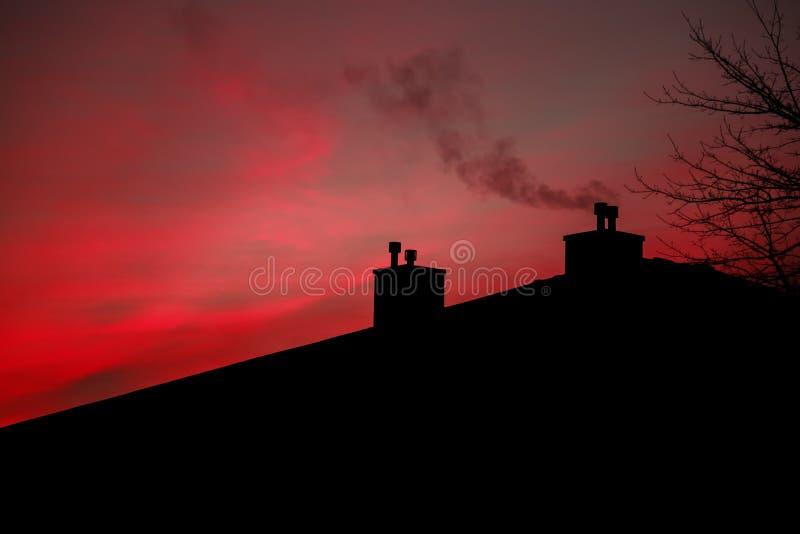 Fume o fumo da manhã do céu do nascer do sol da casa do conduto fotografia de stock royalty free