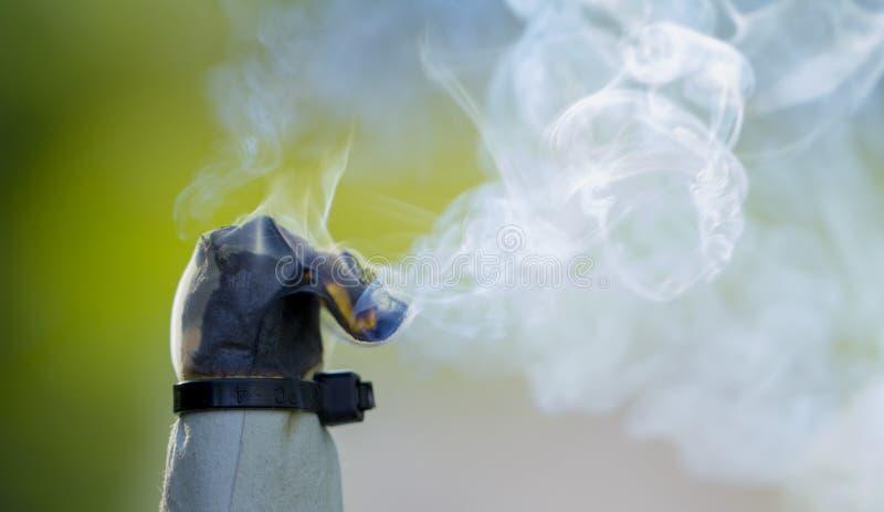 Fume o redemoinho, emita-se o fumo na mão do homem imagem de stock