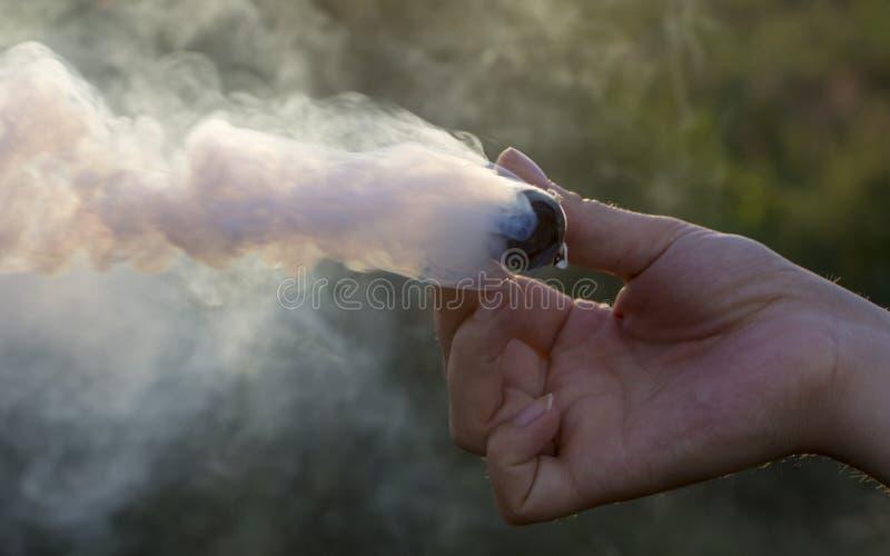 Fume o redemoinho, emita-se o fumo na mão do homem fotografia de stock royalty free
