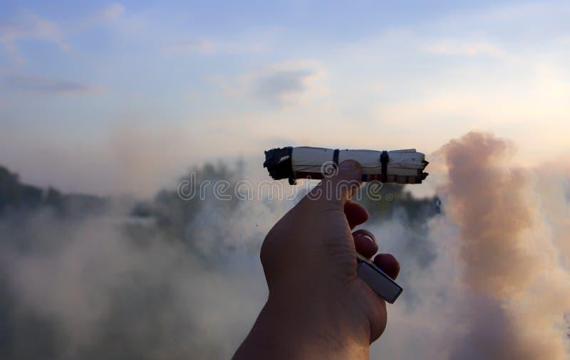 Fume o redemoinho, emita-se o fumo na mão do homem fotos de stock