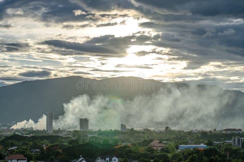 Fume sobre a cidade - fogo na vista geral da cidade fotografia de stock