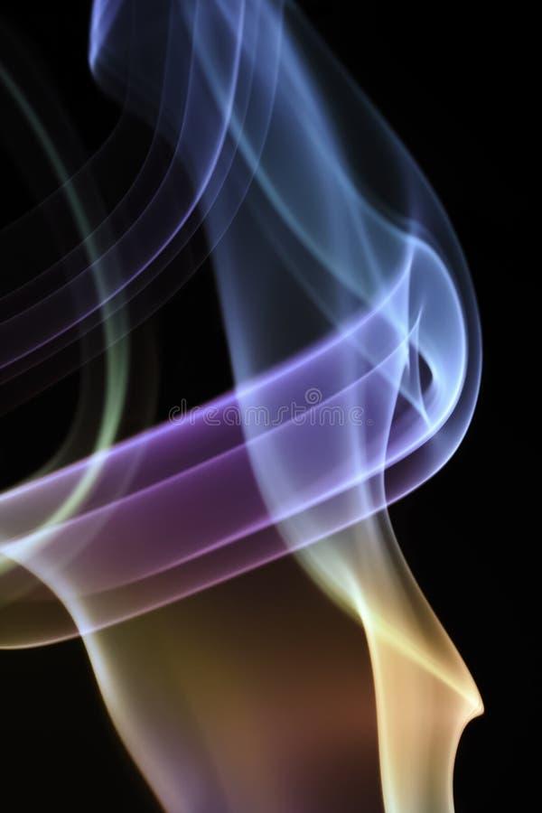 Fume, a través de las curvas extremas, fluyendo para arriba, coloridas foto de archivo