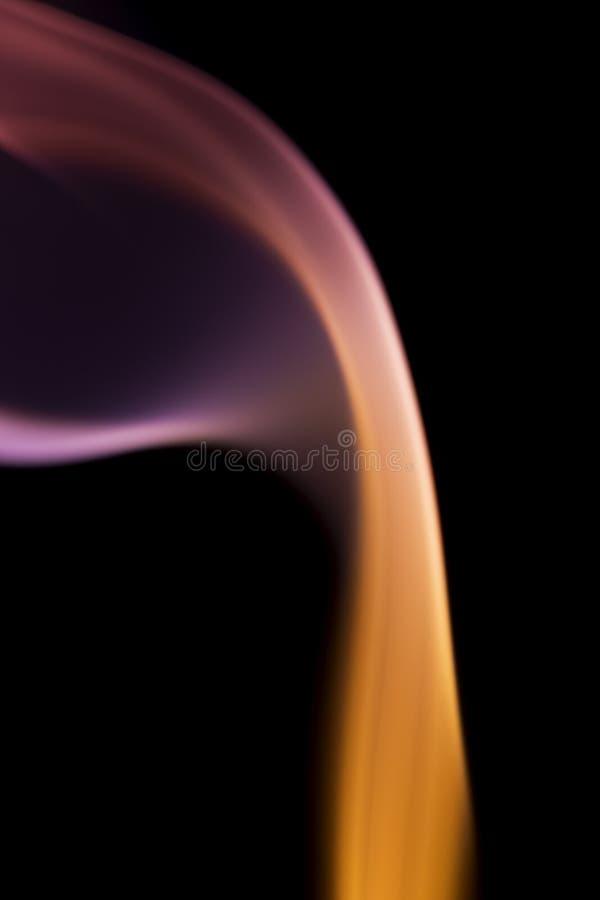 Fume, a través de las curvas extremas, fluyendo para arriba, coloridas imagenes de archivo
