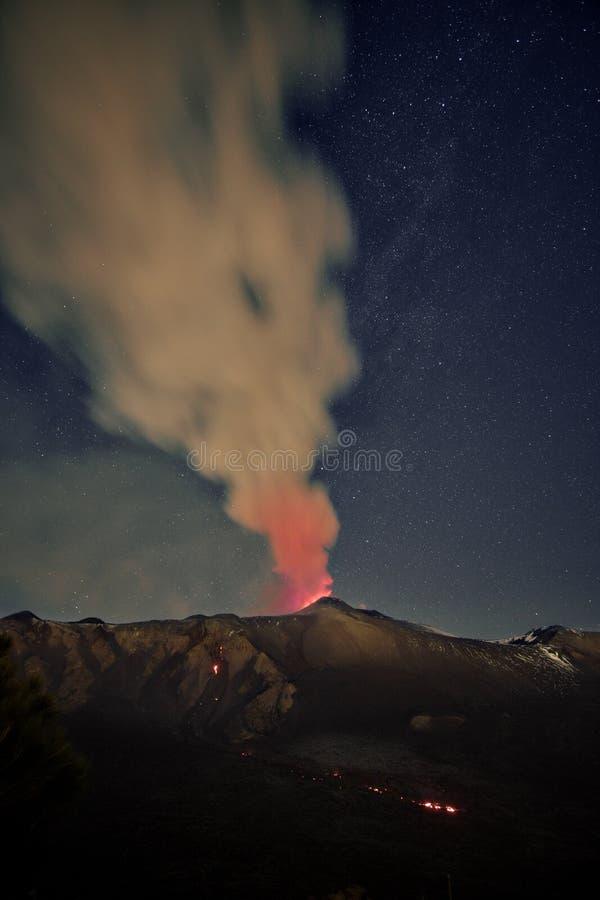 Fume Volcano Etna Eruption At Night, Sicília imagens de stock