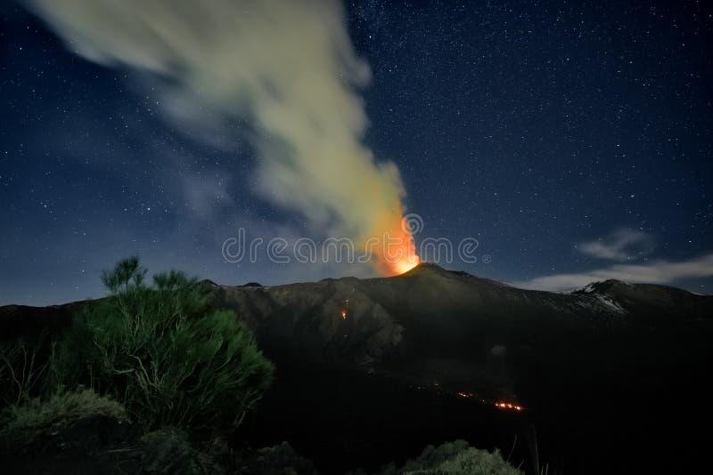 Fume Volcano Etna Eruption At Night, Sicília imagens de stock royalty free