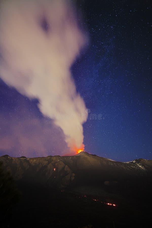 Fume Volcano Etna Eruption At Night, Sicília foto de stock