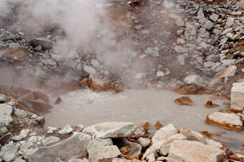 Fumerolle active au volcan de Dzenzur L'eau thermique de ébullition images stock
