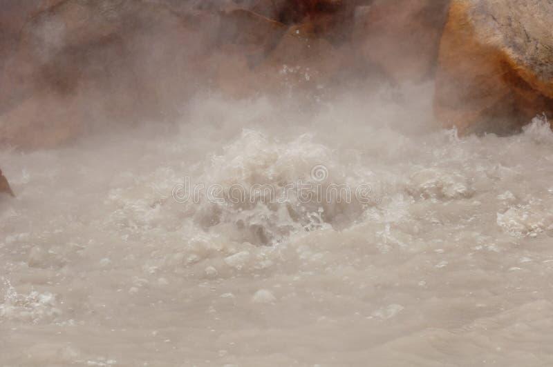 Fumerolle active au volcan de Dzenzur L'eau thermique de ébullition photographie stock