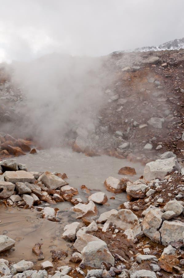 Fumerolle active au volcan de Dzenzur L'eau thermique de ébullition photo stock