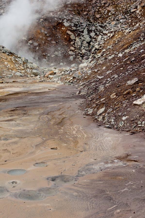 Fumerolle active au volcan de Dzenzur L'eau thermique de ébullition photo libre de droits