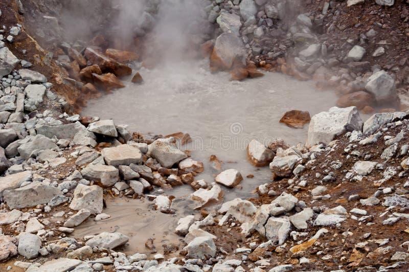 Fumerolle active au volcan de Dzenzur L'eau thermique de ébullition images libres de droits