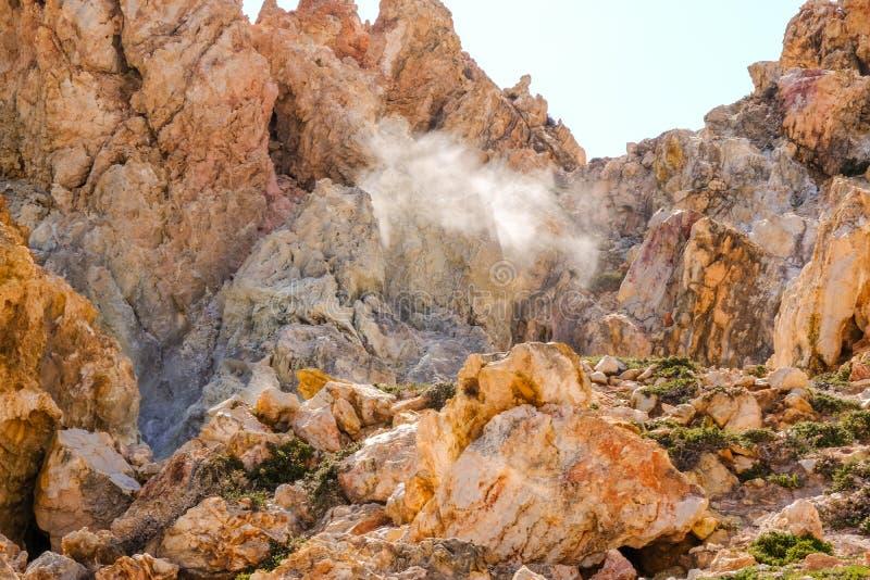 Fumerolle dans les Milos Le gaz chaud sulfurique a sorti du vieux vulca images libres de droits