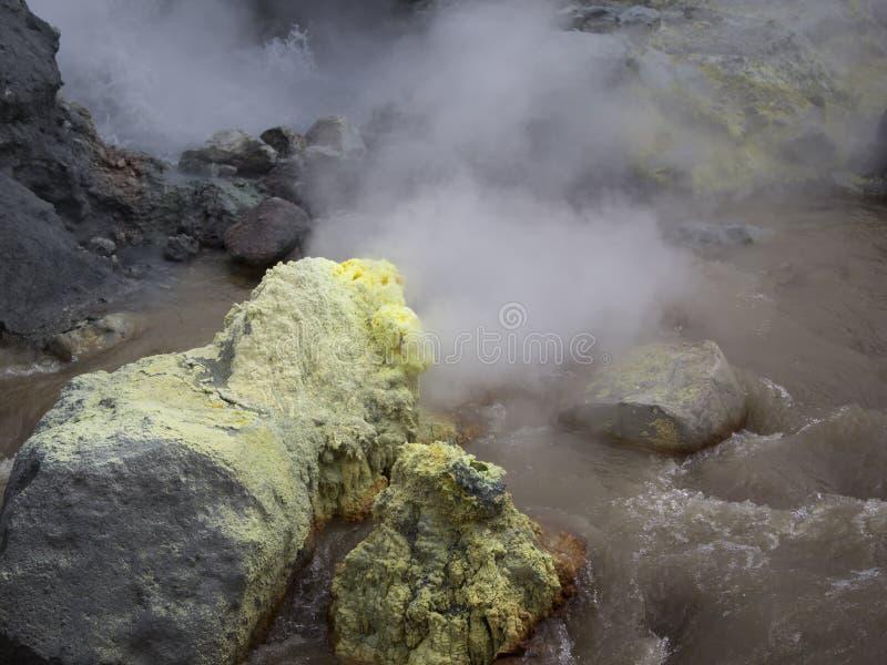 Fumerolle de soufre en volcan actif de Mutnovsky de cratère La Russie, loin image libre de droits