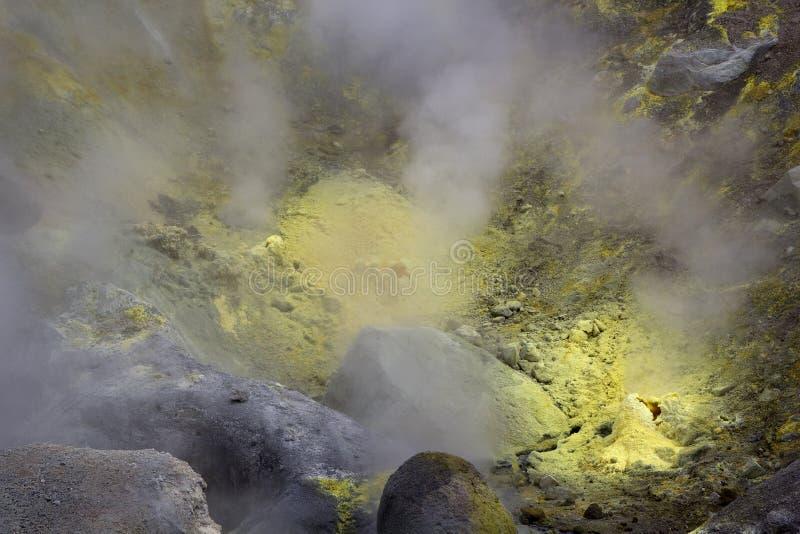 Fumerolle de soufre en volcan actif de Mutnovsky de cratère La Russie, loin photo libre de droits