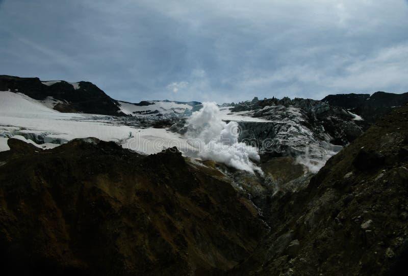 Fumerolle en cratère actif de volcan de Mutnovsky, le Kamtchatka, Russie photographie stock libre de droits