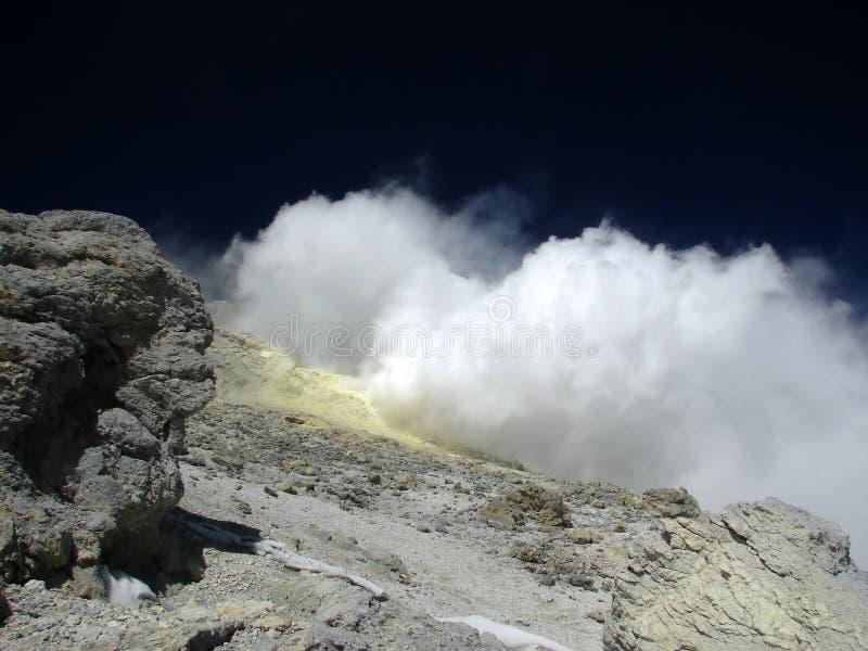 Fumerolle sous le dessus du volcan Demavend photos stock