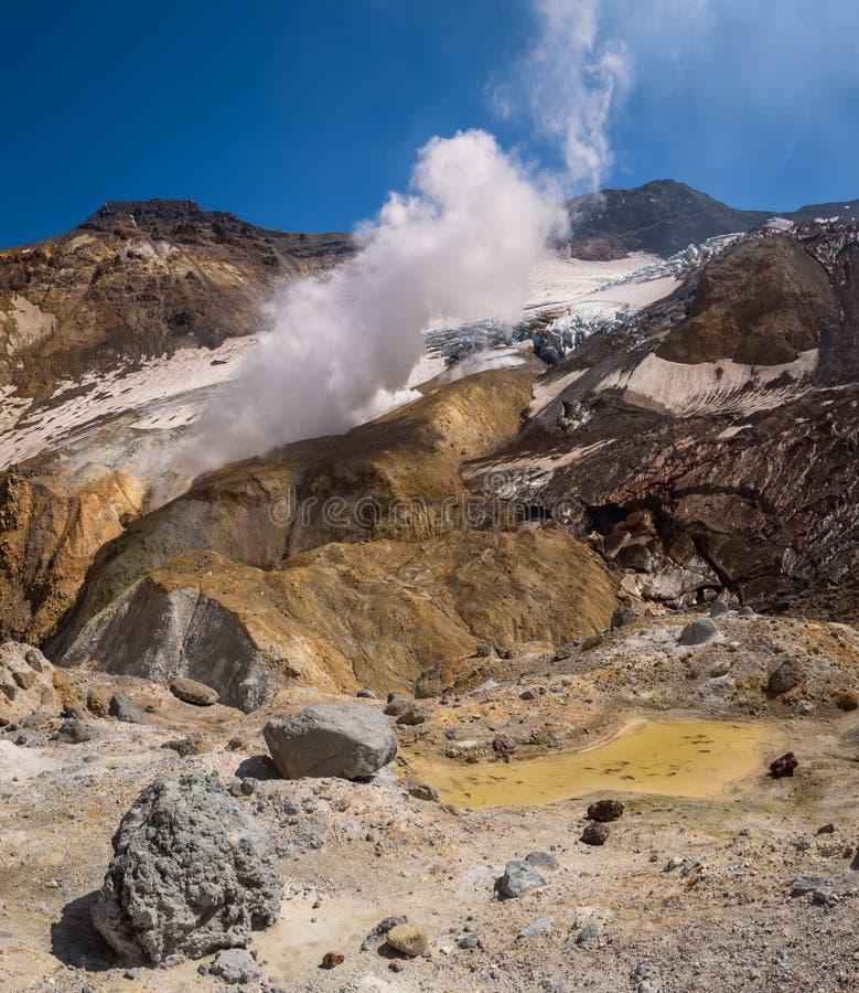 Download Fumerolles à L'intérieur Du Cratère De Volcan De Mutnovsky Image stock - Image du couvert, minerai: 76087715