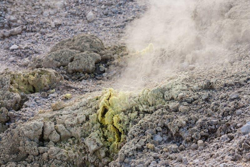 Fumerolles de soufre en parc de courant ascendant de Waiotapu photographie stock