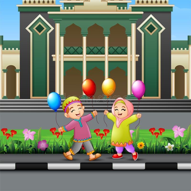 Fumetto musulmano felice dei bambini che gioca davanti ad una moschea illustrazione di stock