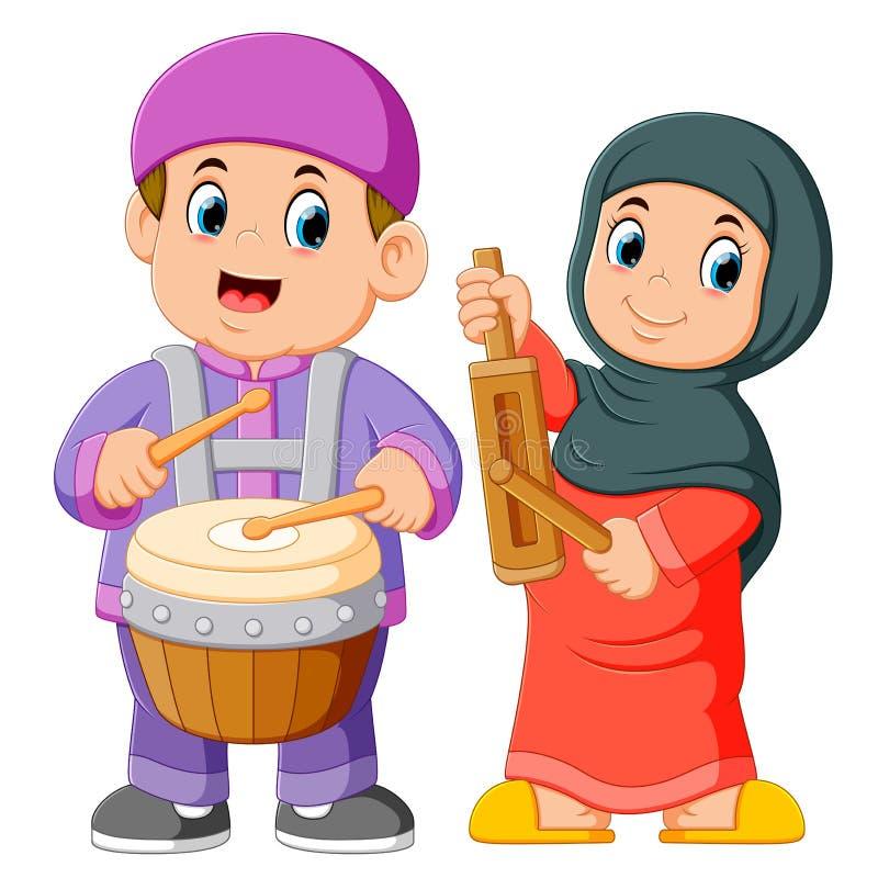 Fumetto musulmano felice del bambino che gioca gli strumenti musicali tradizionali illustrazione di stock