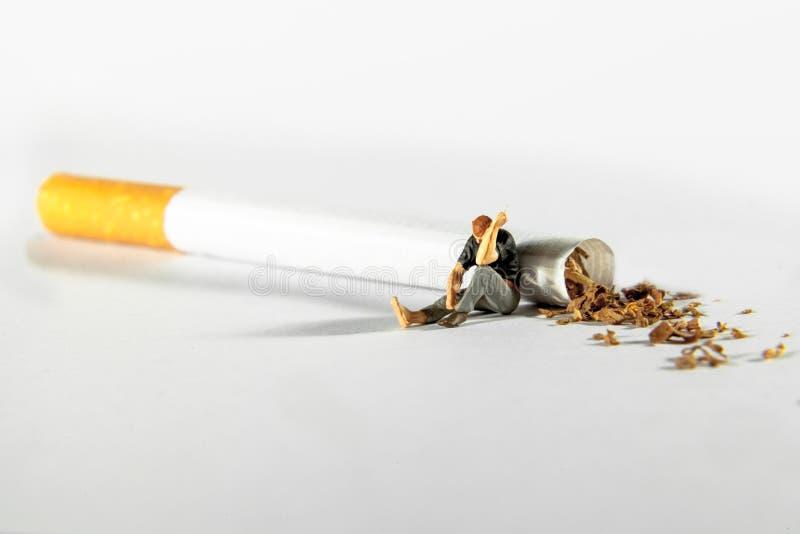 Fumeur sur une cigarette photo libre de droits