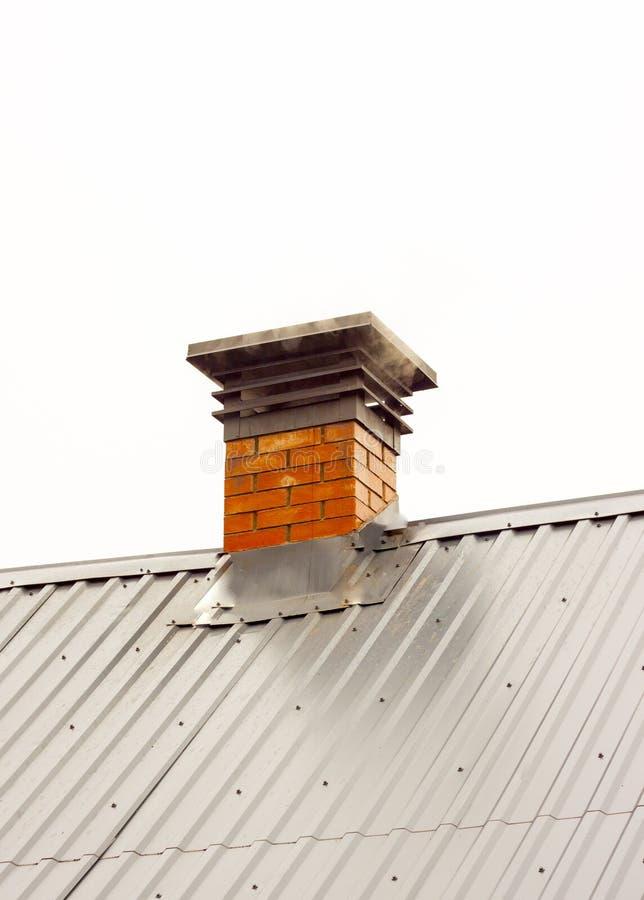 Fumez d'une cheminée, une cheminée d'une brique rouge, plan rapproché photos libres de droits