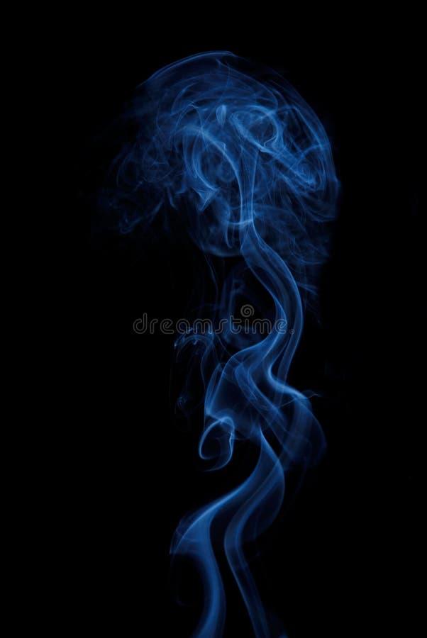 Fumez sur le fond noir image libre de droits