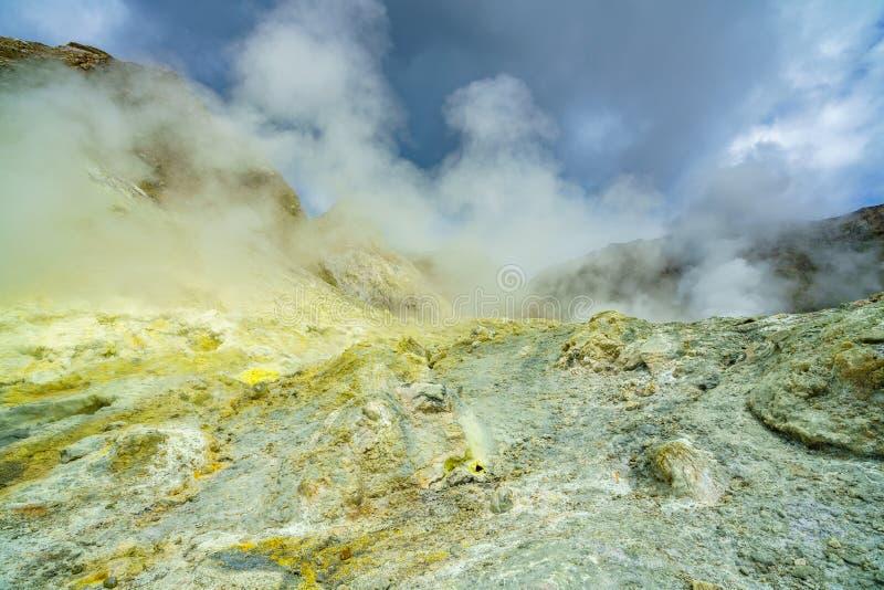 Fumi, cratere vulcanico, l'isola bianca, Nuova Zelanda 6 fotografie stock libere da diritti