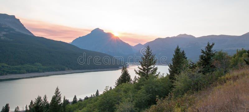 Fumi il tramonto riempito sopra un lago più basso due medicine in Glacier National Park nel durng del Montana U.S.A. i 2017 fuoch fotografia stock