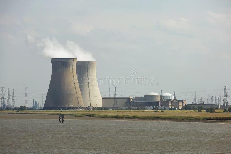 Fumi l'aumento dal camino industriale in fabbrica energetica fotografia stock