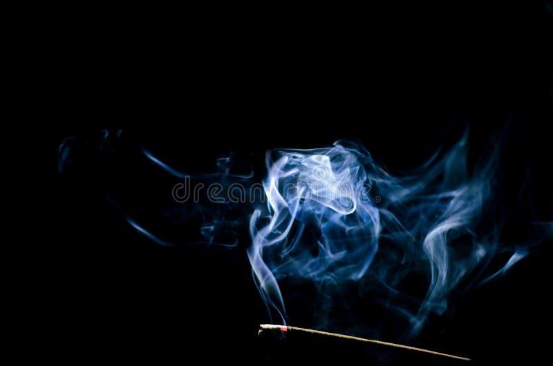 Fumi l'espansione nell'oscurità fotografie stock