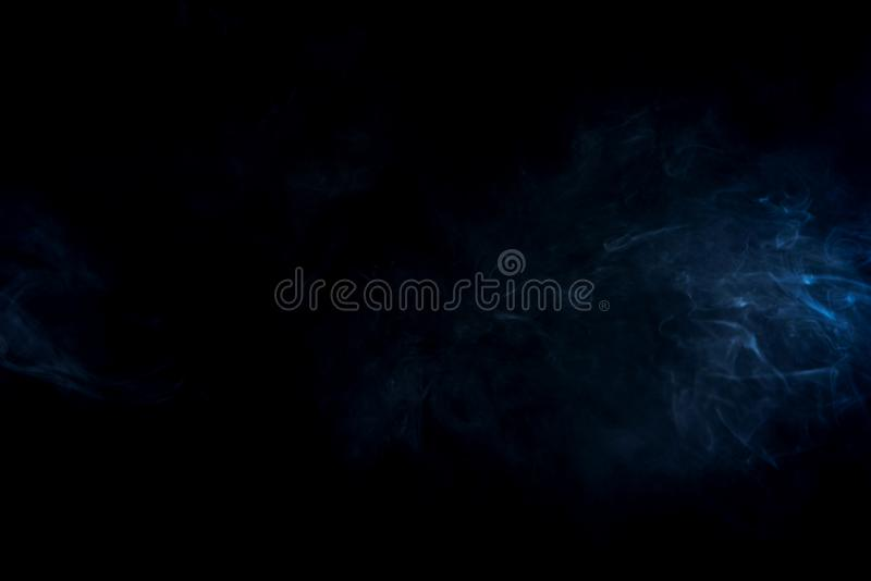 fumo astratto blu su fondo nero fotografia stock libera da diritti