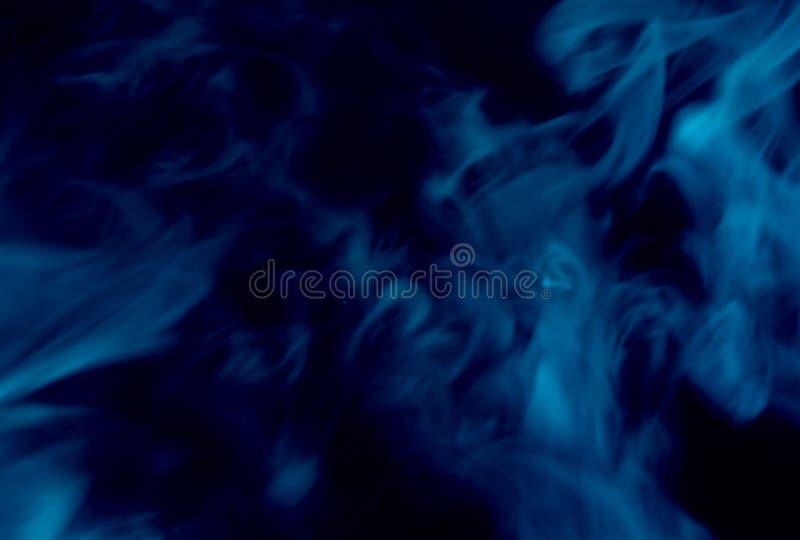Fumo azul fundo preto isolado N?voa abstrata da n?voa do fumo em um fundo preto Textura imagem de stock