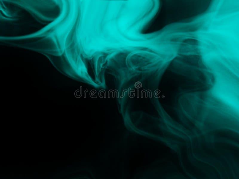 Fumo azul fundo preto isolado N?voa abstrata da n?voa do fumo em um fundo preto Textura foto de stock