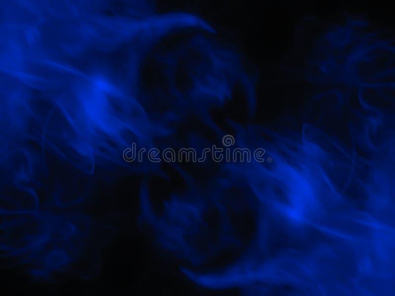 Fumo azul fundo preto isolado N?voa abstrata da n?voa do fumo em um fundo preto Textura fotografia de stock