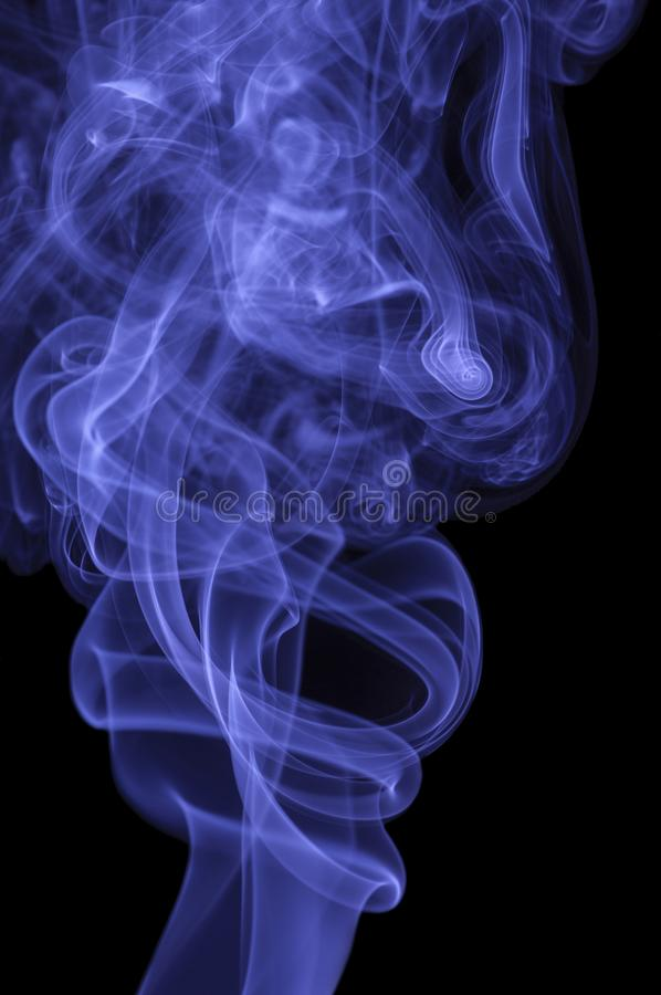 Fumo azul no fundo escuro fotos de stock