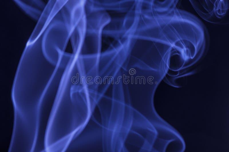 Fumo azul no fundo escuro imagens de stock