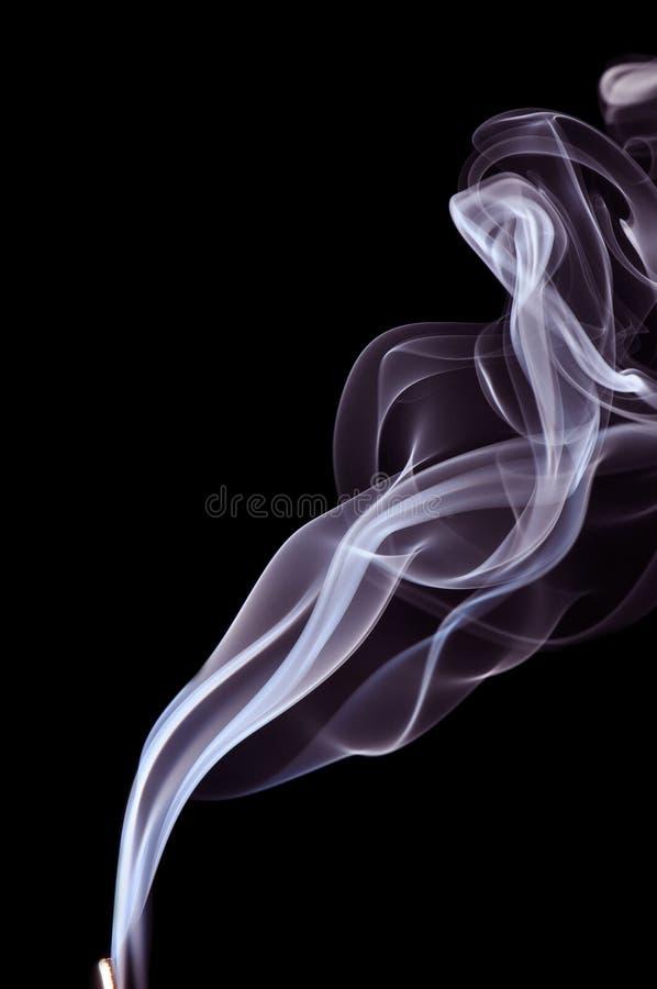 Fumo azul no fundo preto fotos de stock