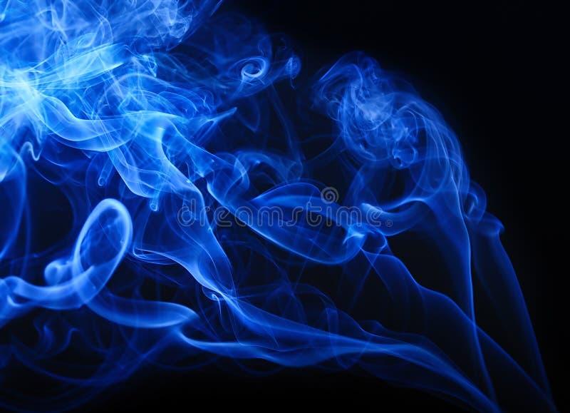 Fumo azul no fundo preto foto de stock