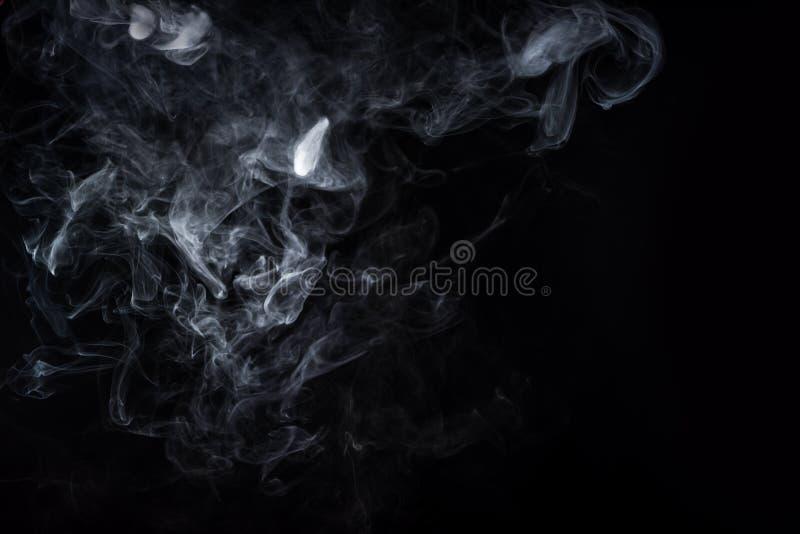 Fumo bianco su priorità bassa nera immagine stock