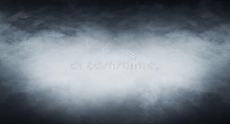 Fumo blu-chiaro su un fondo nero fotografie stock
