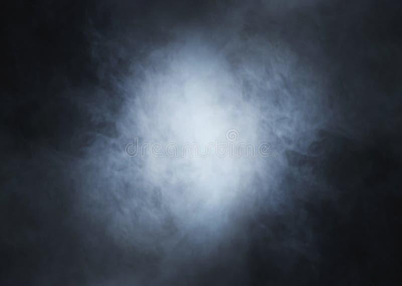 Fumo blu-chiaro su un fondo nero profondo fotografie stock libere da diritti