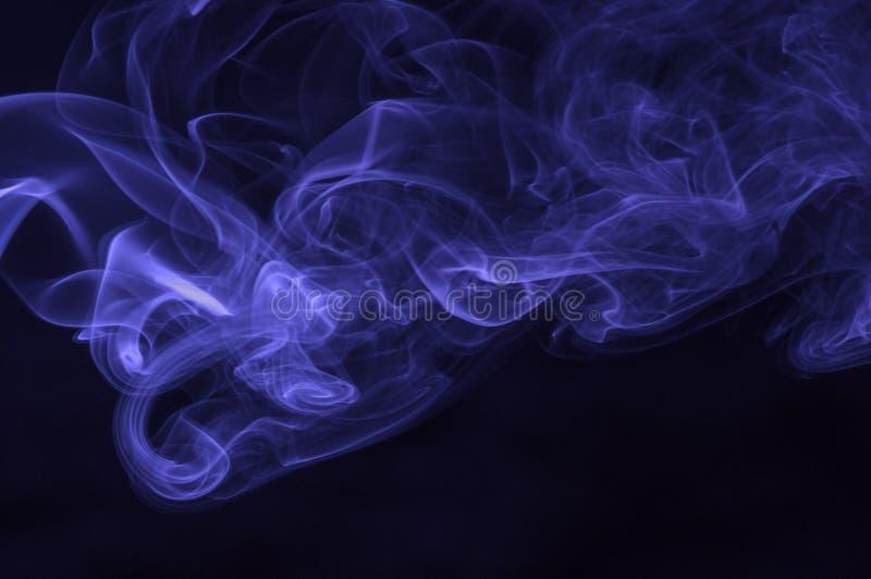 Fumo blu su fondo scuro immagini stock libere da diritti