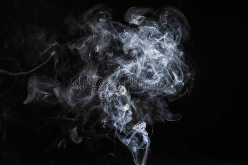 Fumo branco abstrato no fundo escuro foto de stock royalty free