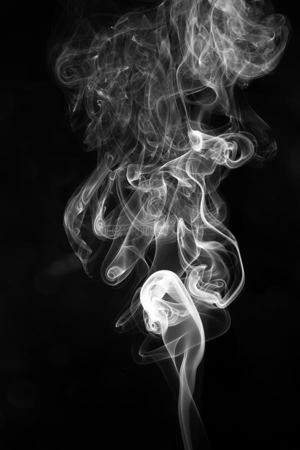 Fumo branco abstrato no fundo preto imagem de stock royalty free