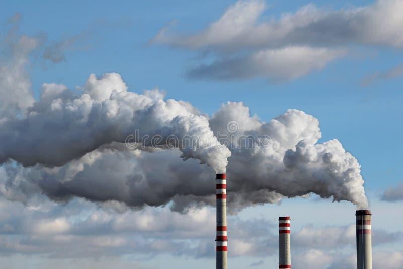 Fumo branco céu poluído imagens de stock