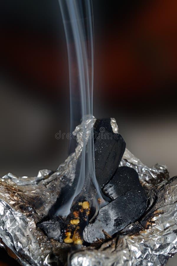 Fumo che aumenta dal bruciatore di incenso immagini stock