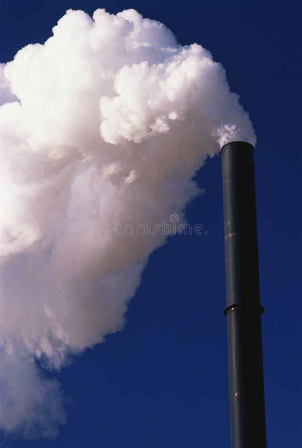 Fumo che esce da fumaiolo immagini stock